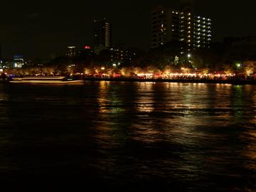 夜店が並ぶ大川